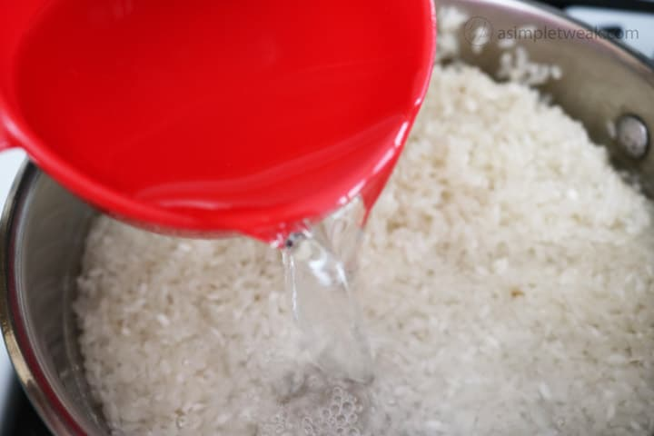 Add-water-to-cook-the-white-rice