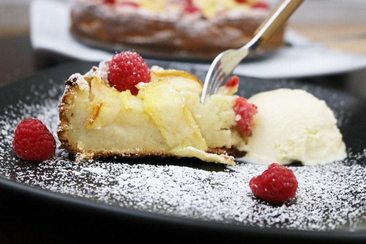 apple-raspberry-cake-with-some-ice-cream